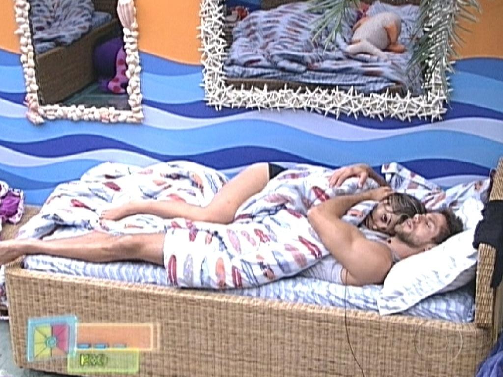 Monique e Jonas dormem juntos no quarto Praia após se beijarem durante festa (29/1/12)