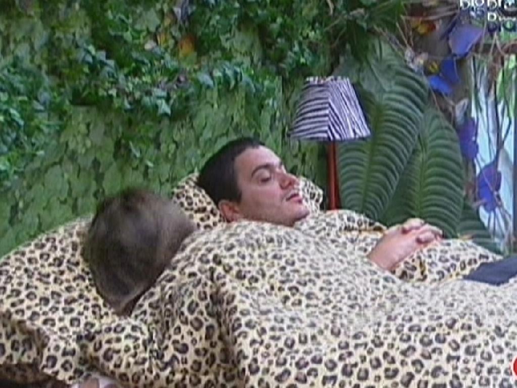 Monique e Rafa dormem juntos no Quarto Selva (30/1/2012)