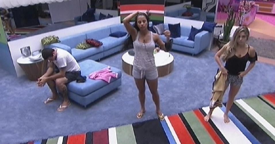 Renata (dir.) dança na sala com Kelly, enquanto Rafa permanece sentado (30/1/2012)