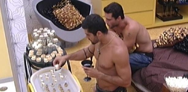 Yuri e Ronaldo aproveitam os quitutes da sessão de cinema no quarto do líder (30/1/12)