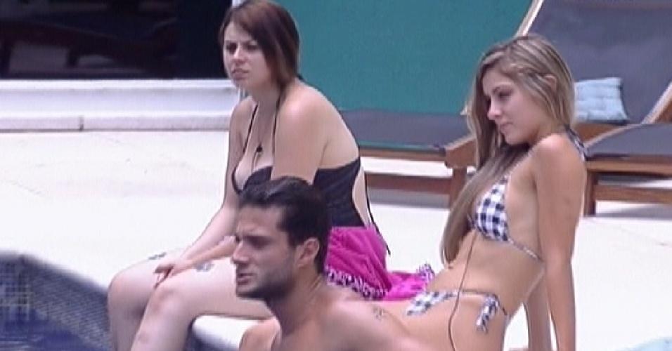 Brothers curtem dia de piscina, mas reclamam que Sol sumiu quando eles chegaram (31/1/2012)