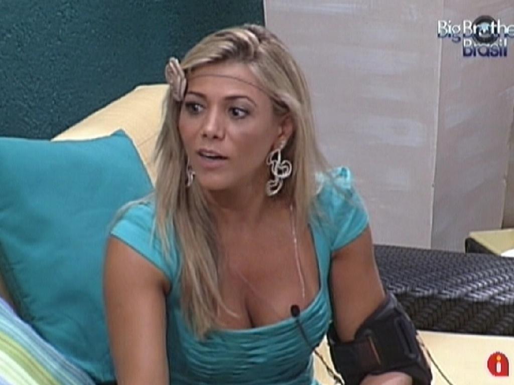 Fabiana conversa com Renata e Monique na varanda da casa (30/1/12)
