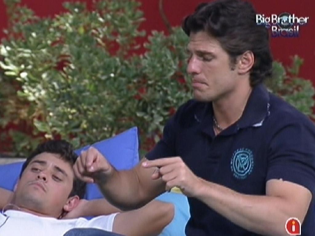 João Maurício conversa com Jonas e Fael no futon (30/1/12)