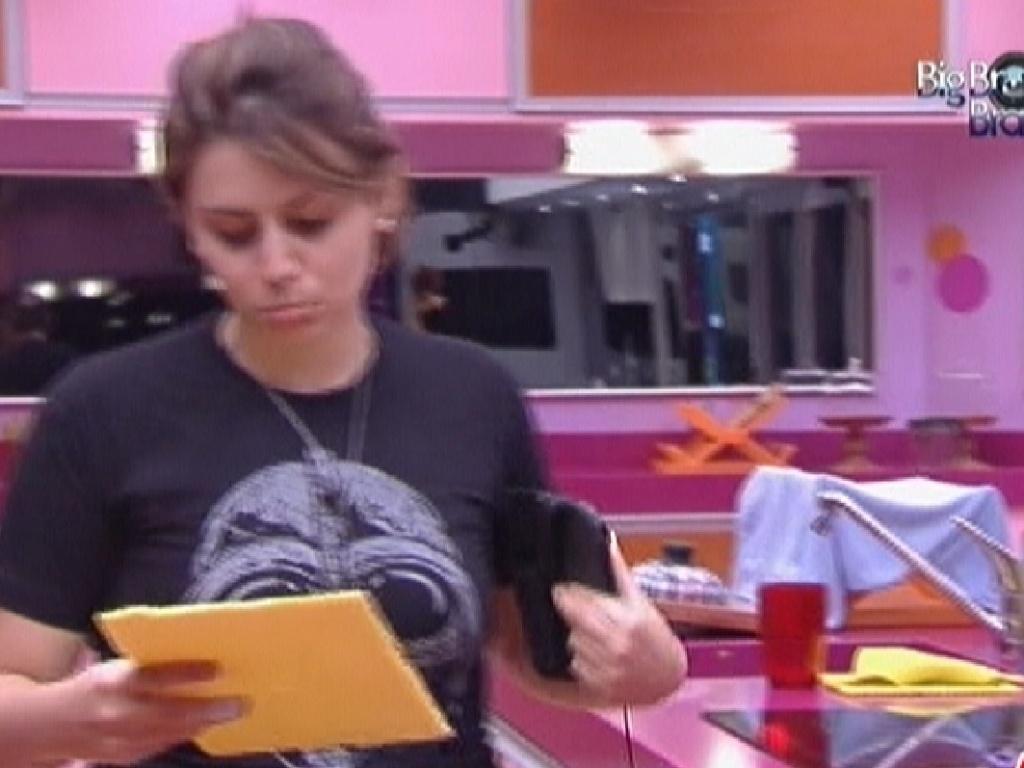 Mayara desenha no isopor com faca, mas leva bronca da produção (31/1/2012)