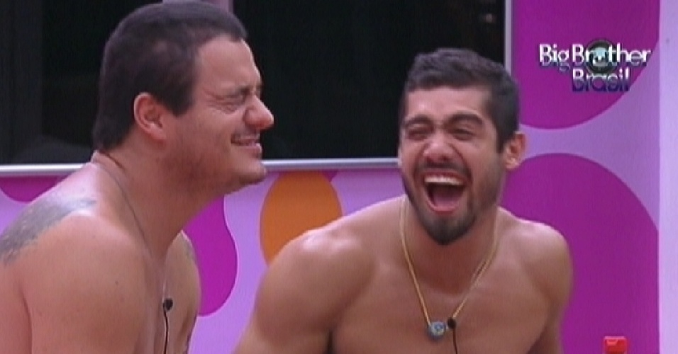 Rafa (esq.) diverte Yuri (dir.) imitando a voz de Lula (31/1/12)