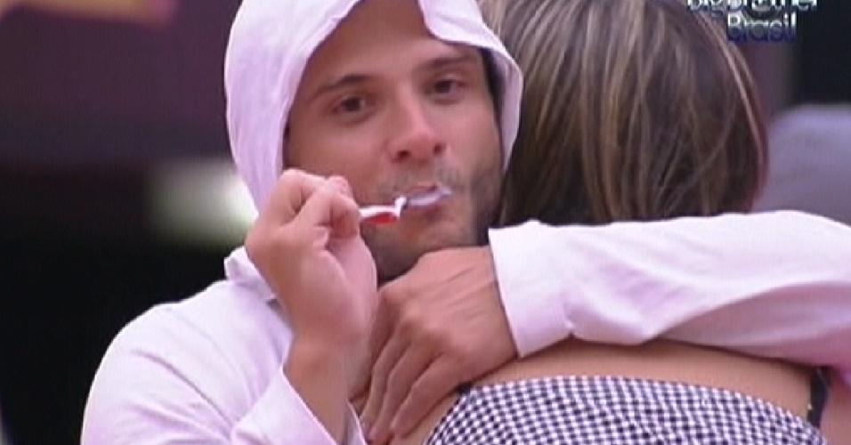 Ronaldo abraça Monique enquanto escova os dentes pela manhã (31/1/2012)