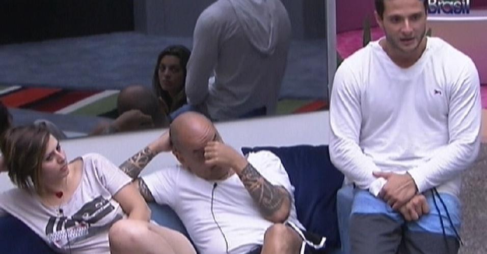 Ronaldo (dir.) comenta com outros participantes sobre sua cidade, Curitiba (31/1/2012)