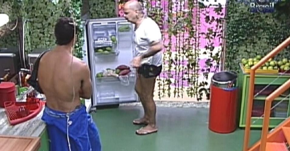 Ronaldo e João Carvalho procuram pacote de bacon, mas não encontram (31/1/2012)