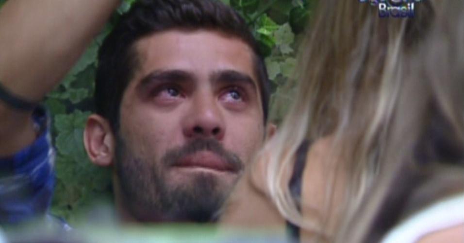 Yuri chora por causa do fim do relacionamento com Laisa (31/1/12)