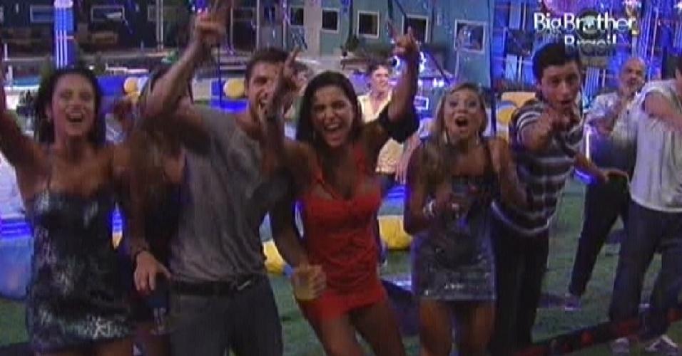 Brothers comemoram após fim do show de Luan Santana na festa Azul (1/2/12)