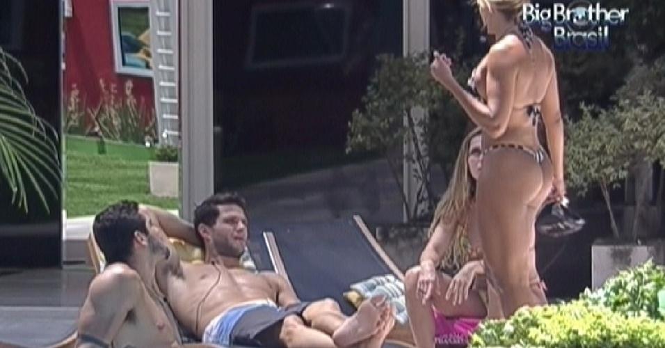 Brothers conversam na beira da piscina na tarde desta quarta (1/2/2012)