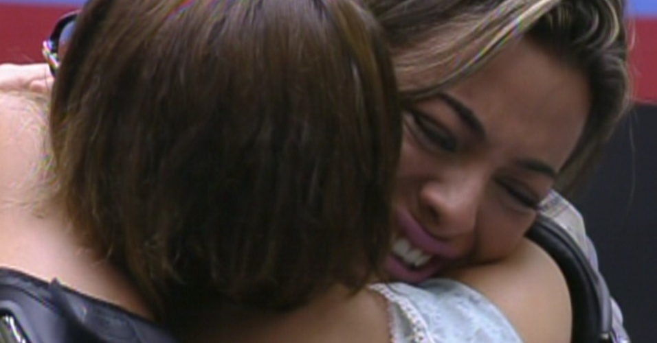 Emocionada, Monique se despede chorando de Mayara, eliminada no terceiro paredão do reality (31/1/12)