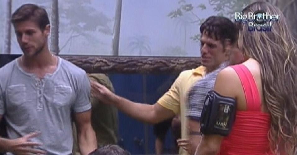 Enquanto aguardam pelo início da festa, Jonas (esq.)conta para João Maurício (dir.) que já ficou com a Danielle Souza, a Mulher Samambaia (1/2/12)