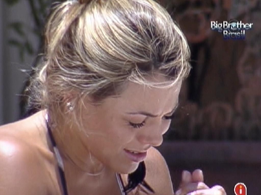 Fabiana chora de saudades do filho (1/2/2012)