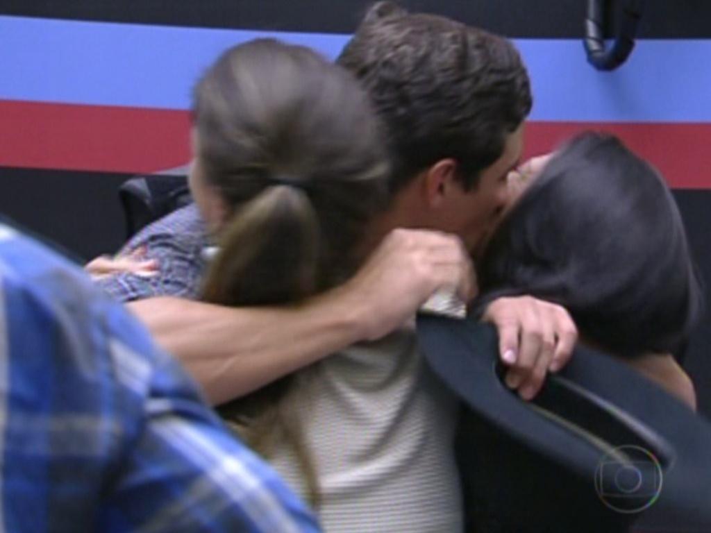 Fael comemora permanência na casa (centro) abraçando Laisa (esq.) e Kelly (dir.) (31/1/12)