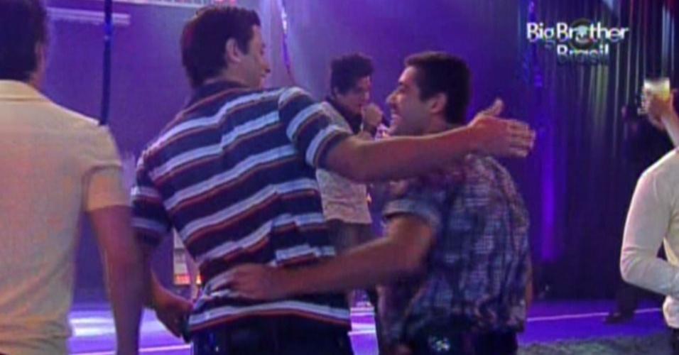 Fael (esq.) e Yuri (dir.) se abraçam durante show de Luan Santana na Festa Azul (1/2/12)