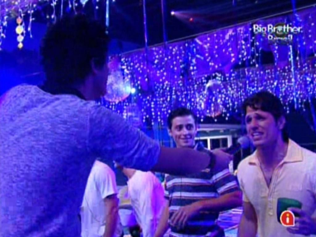 João Maurício canta junto com Luan Santana na festa Azul (1/2/12)