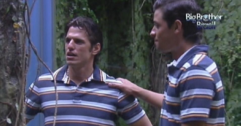 João Maurício (esq.) e Fael (dir.) vestem camisa igual antes da festa (1/2/12)