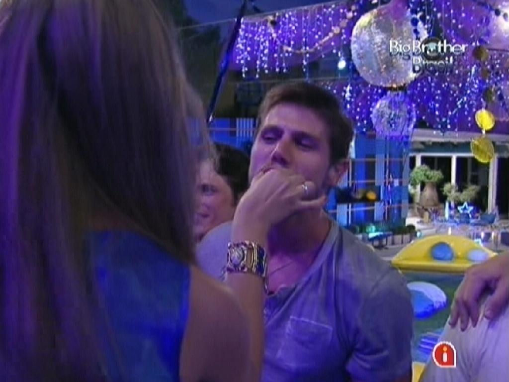 Jonas ganha chocolate na boca de backing vocal de Luan Santana na festa Azul (1/2/12)