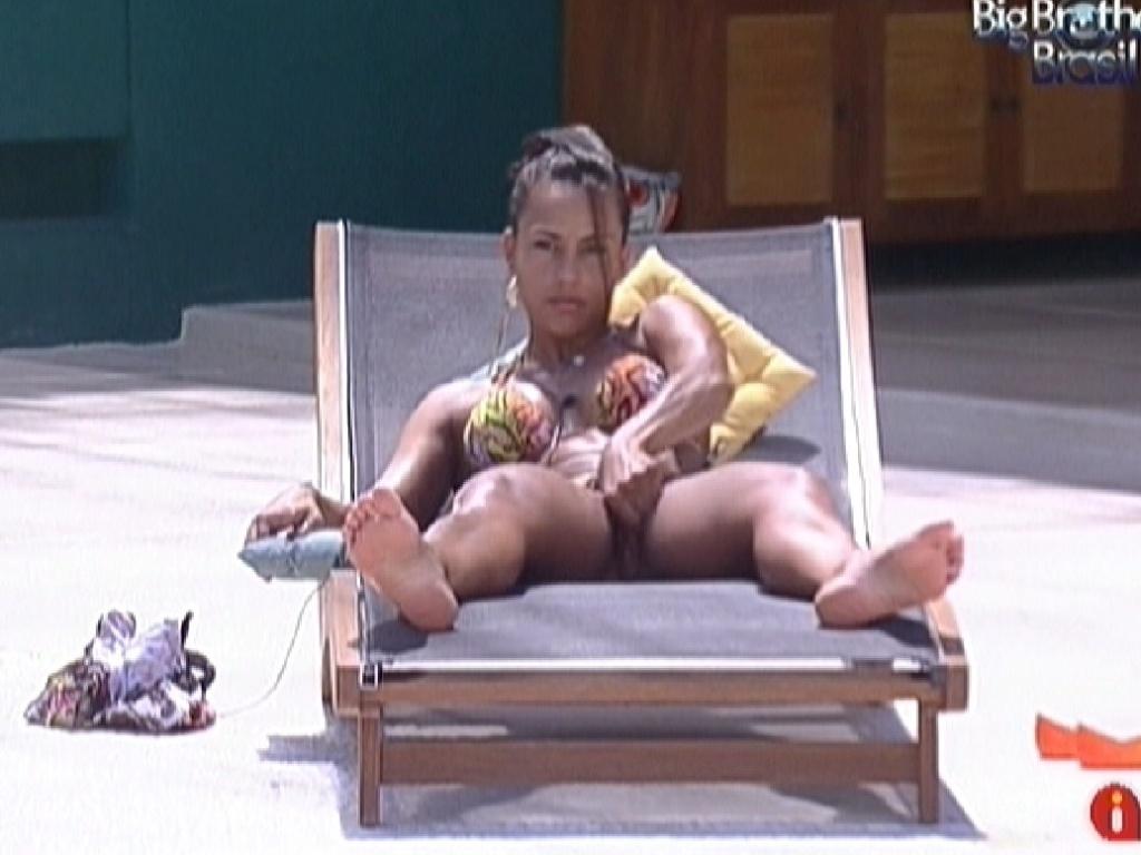 Kelly deita para tomar sol e ajeita o biquíni (1/2/2012)