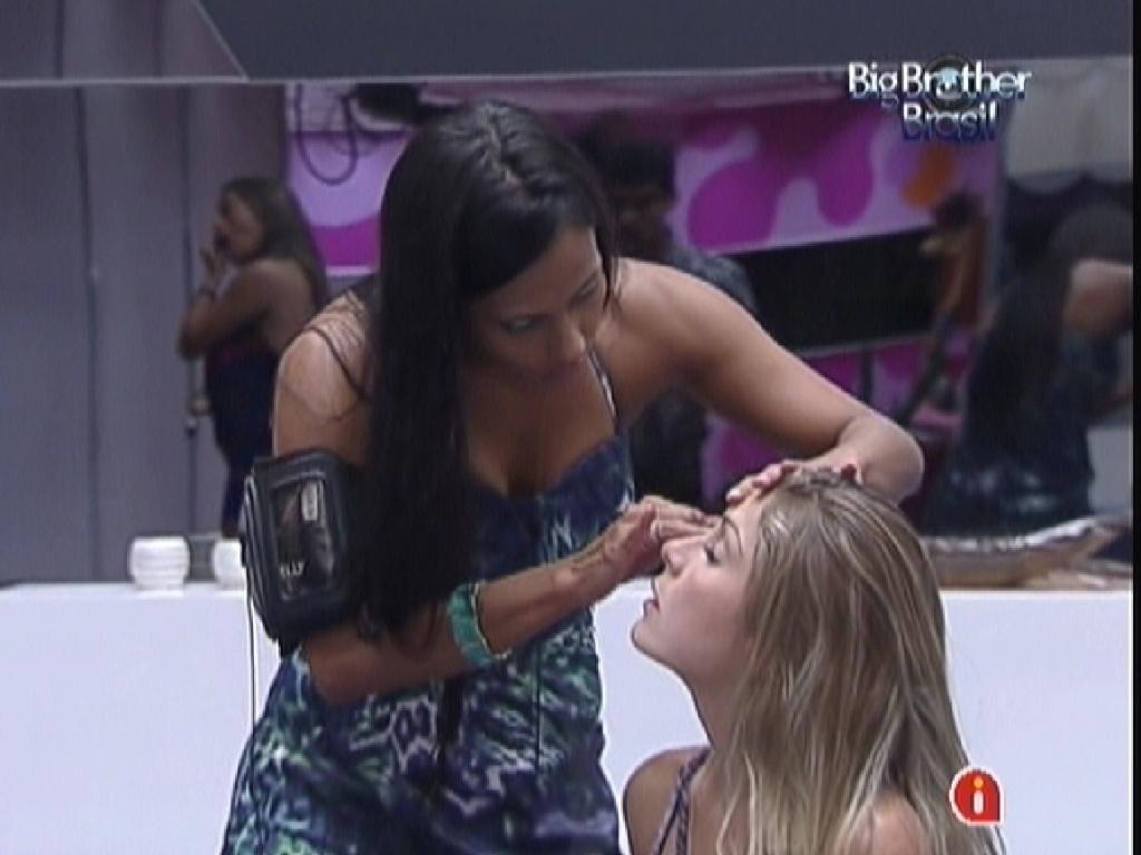 Kelly passam maquiagem em Renata antes da festa desta quarta-feira (1/2/12)