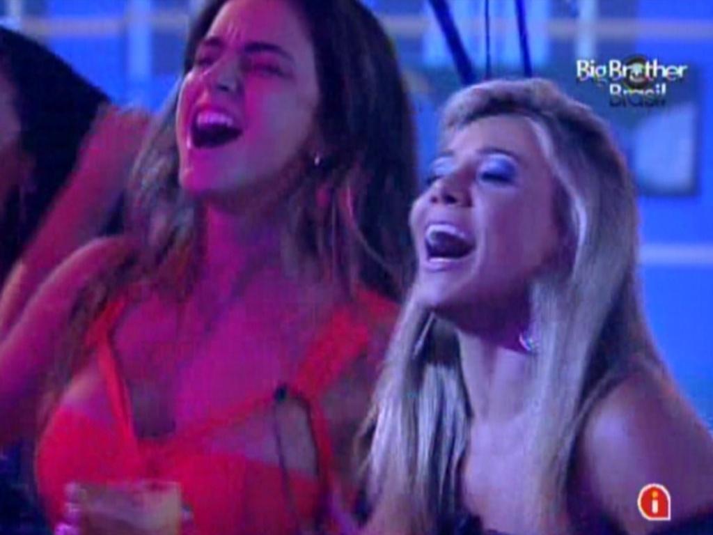 Laisa (esq.) e Fabiana (dir.) cantam durante show de Luan Santana na festa Tudo Azul (1/2/12)