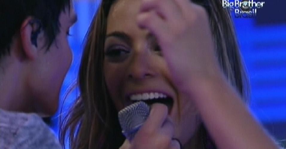 Luan Santana dá chocolate na boca de Monique na festa Azul (1/2/12)