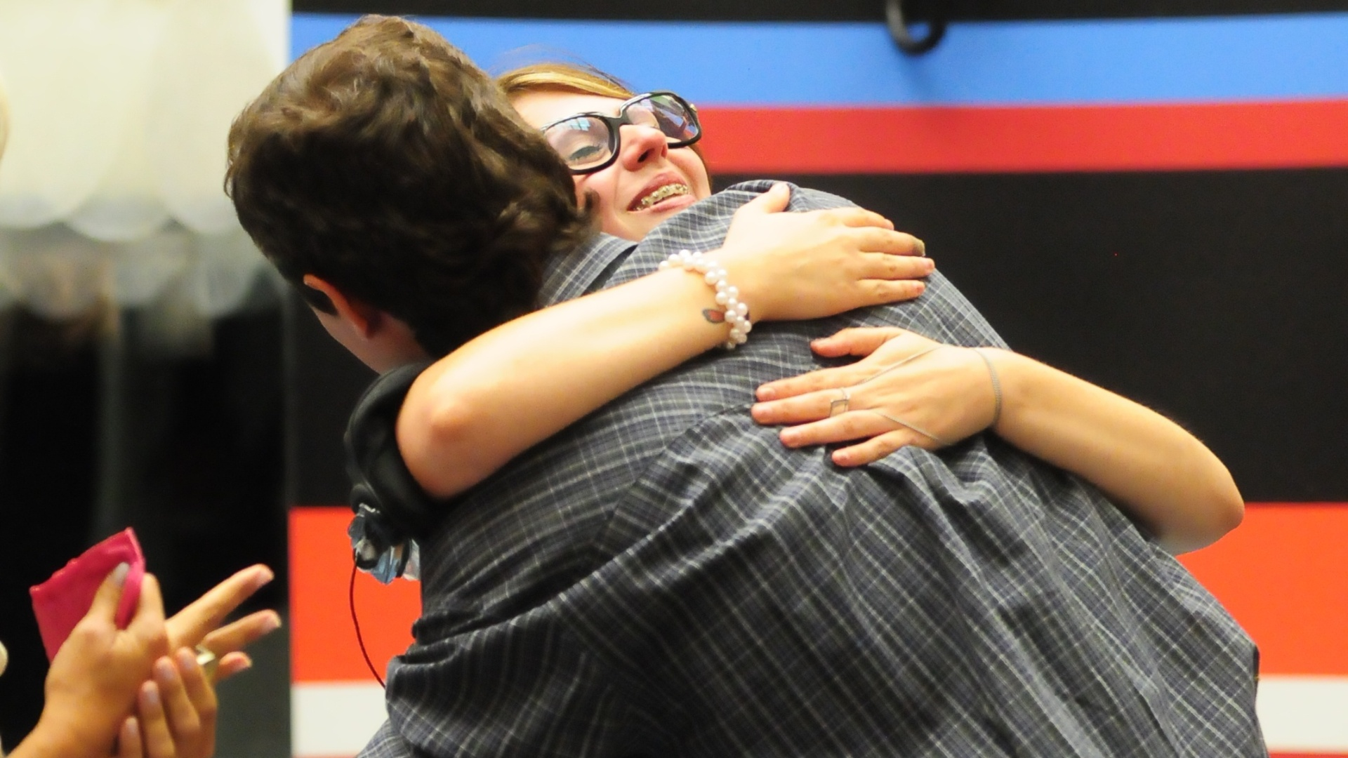 Mayara e Fael se abraçam, a eliminada parabeniza o brother que venceu o paredão (31/1/12)