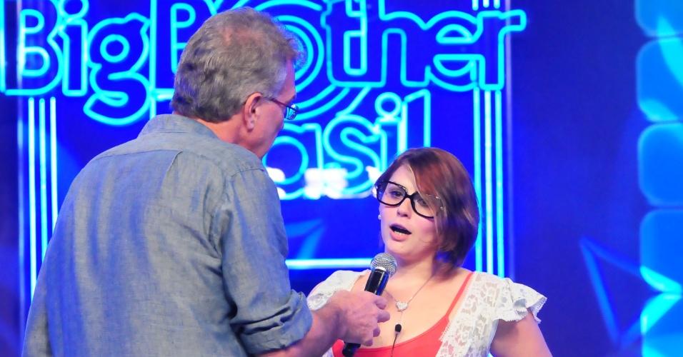 O aprentador Pedro Bial conversa com a eliminada Mayara (31/1/12)