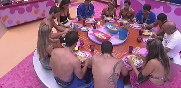 Participantes almoçam todos juntos na mesa da cozinha (1/2/2012)