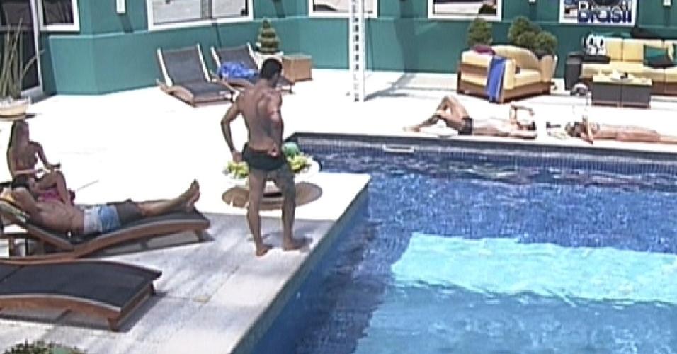 Participantes curtem tarde ensolarada na piscina (1/2/2012)