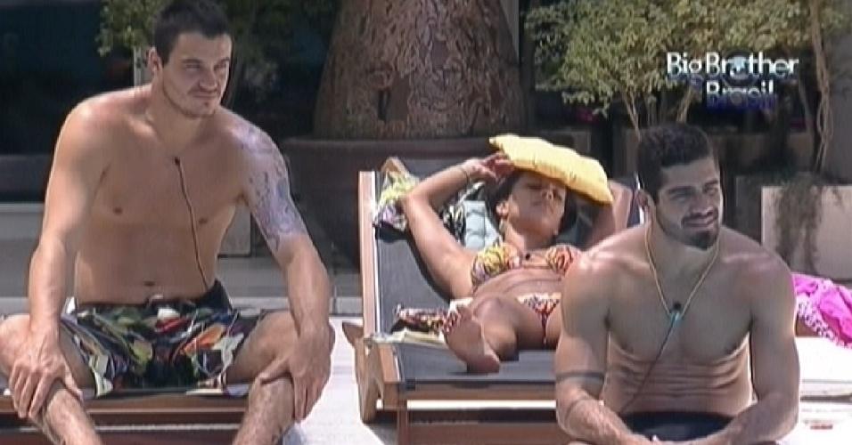 Rafa, Kelly e Yuri relaxam na parte coberta da piscina (1/2/2012)