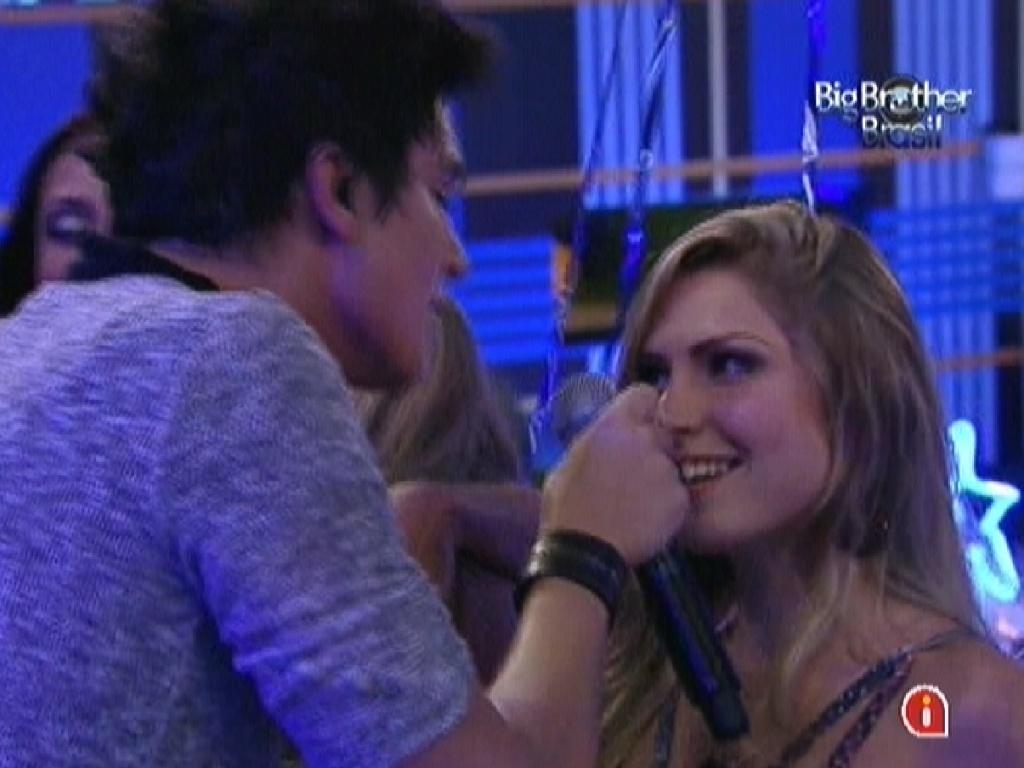 Renata faz um olhar sexy para Luan Santana, enquanto ele dá um chocolate em sua boca (1/2/12)