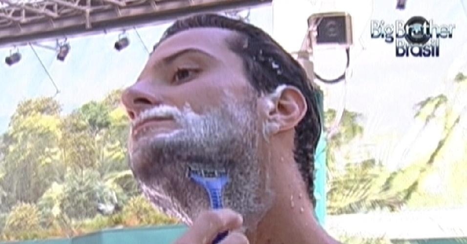 Ronaldo faz a barba na área externa da casa (1/2/12)