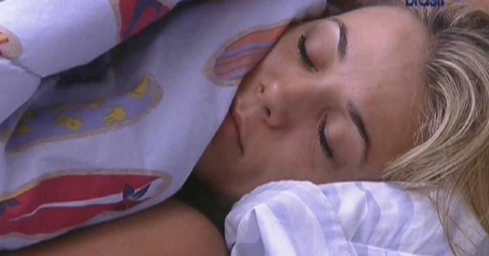 Fabiana continua dormindo após música para despertar os brothers (2/2/2012)
