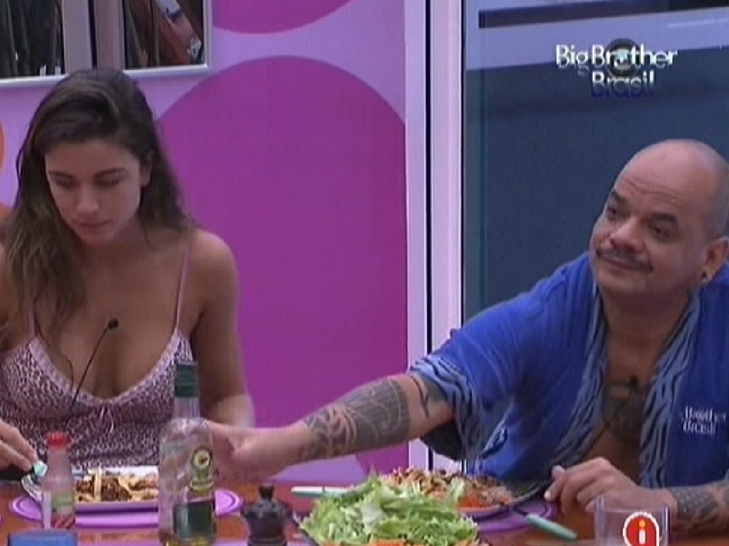 Laisa almoça ao lado de João Carvalho (2/2/2012)