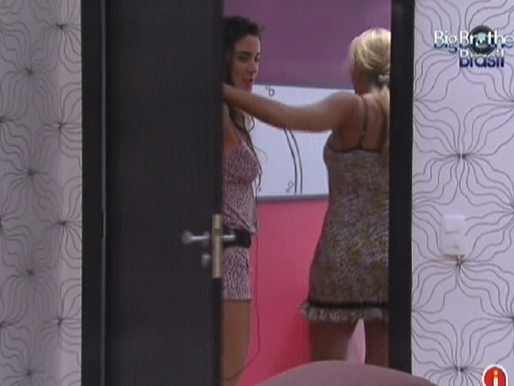 Laisa deixa o quarto do líder ao lado de Fabiana (2/2/2012)