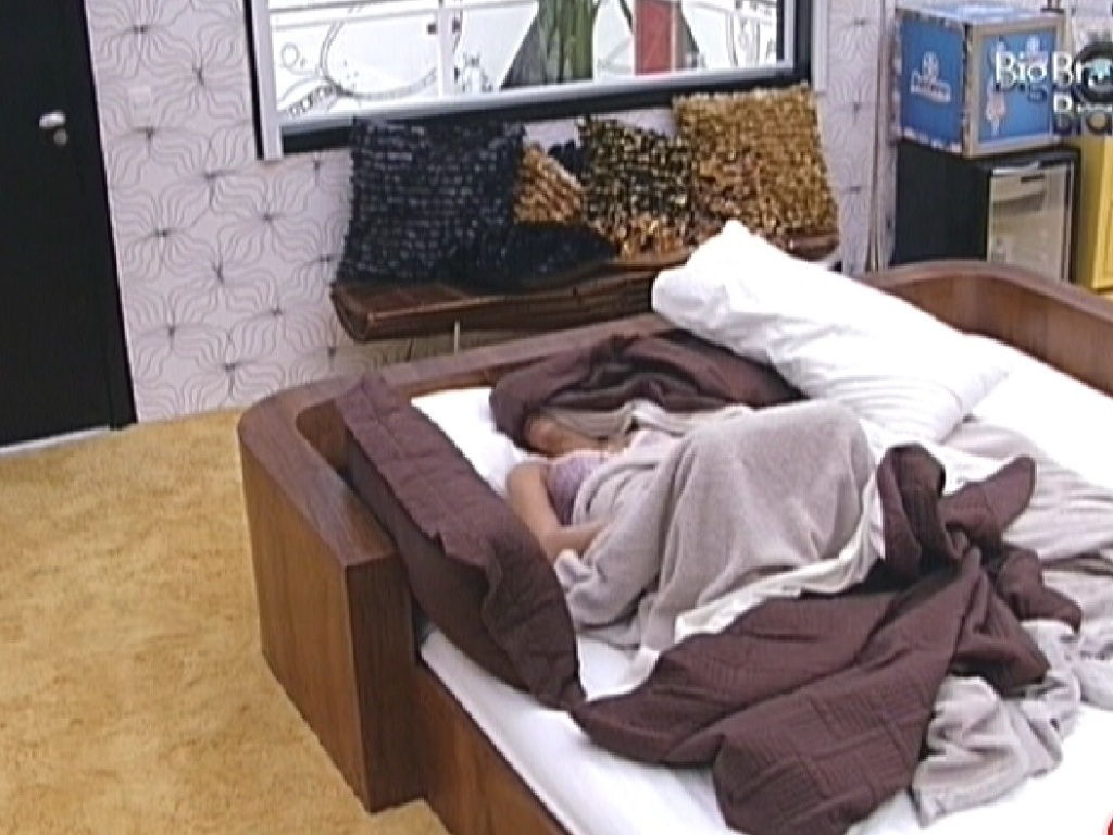 Laisa dorme sozinha no quarto do líder pela manhã (2/2/2012)