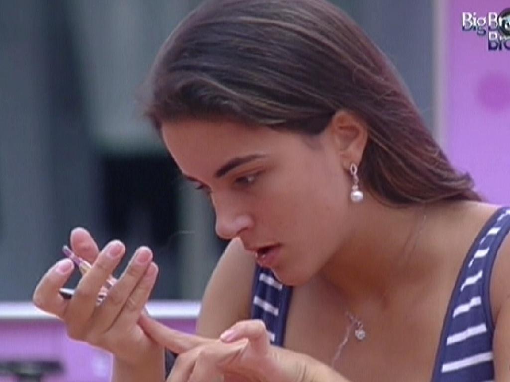 Laisa não participa da prova do líder desta quinta, para passar o tempo corta as unhas na cozinha (2/2/2012)