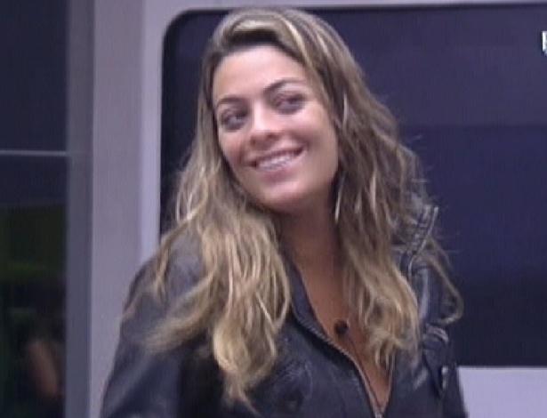 Monique brinca com Renata sobre Jonas ficar com Laisa (2/2/2012)