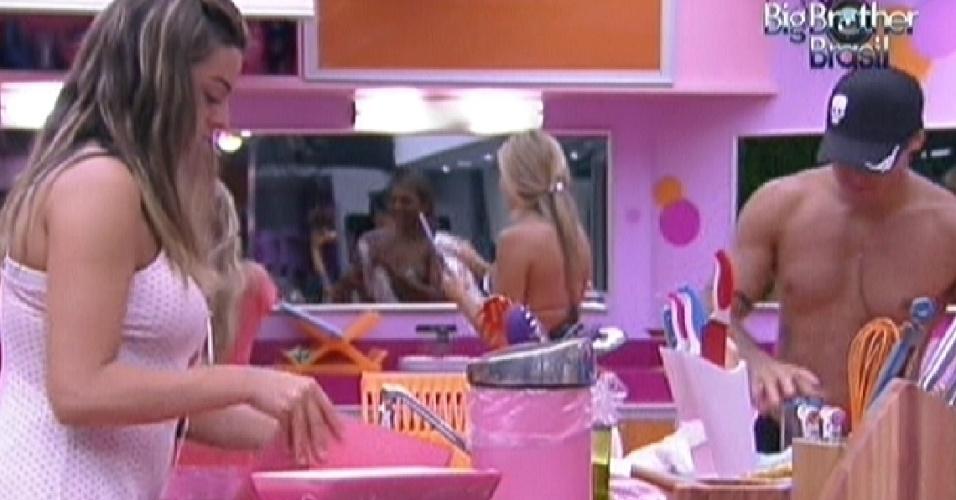 Monique lava a louca após o almoço desta quinta-feira (2/2/2012)
