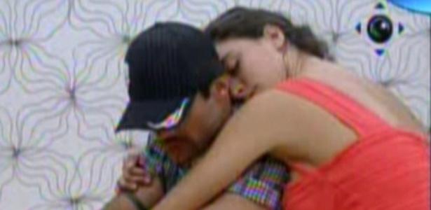 Yuri e Laisa se abraçam no quarto do líder (1/2/12)