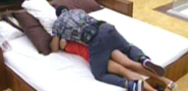 Yuri sobe em cima de Laisa no quarto do Líder (1/2/12)