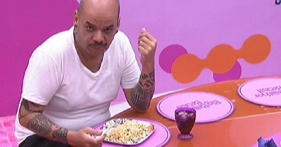 João Carvalho janta sozinho nessa sexta (3/2/2012)