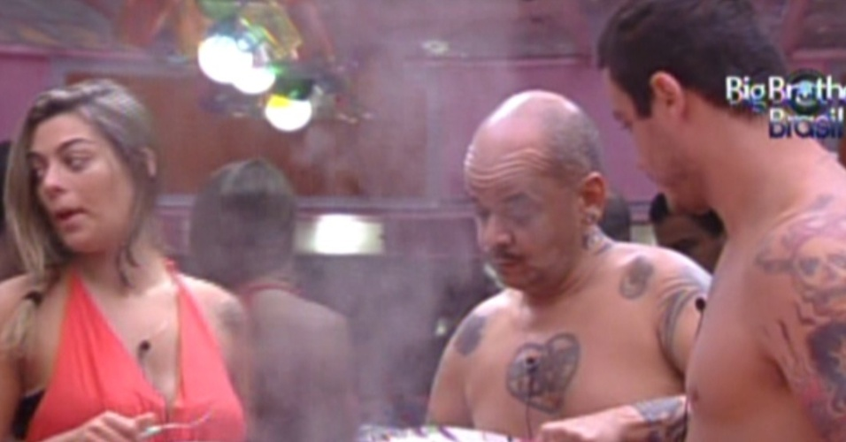 João Carvalho serve o almoço nesta sexta-feira (3/2/2012)