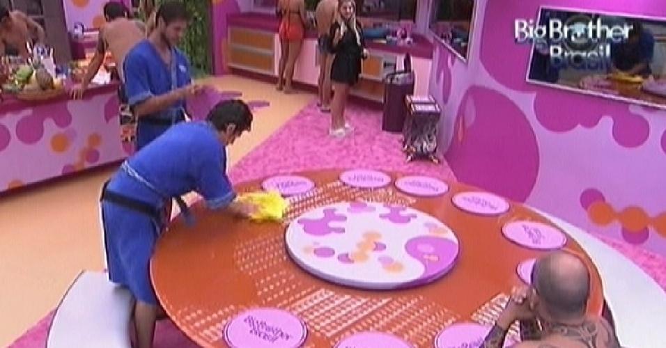 João Maurício limpa a mesa após o almoço; João Carvalho observa (3/2/2012)