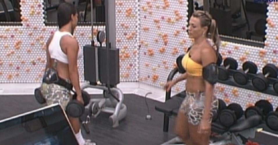 Kelly e Fabiana conversam sobre o próximo paredão enquanto malham (3/2/2012)