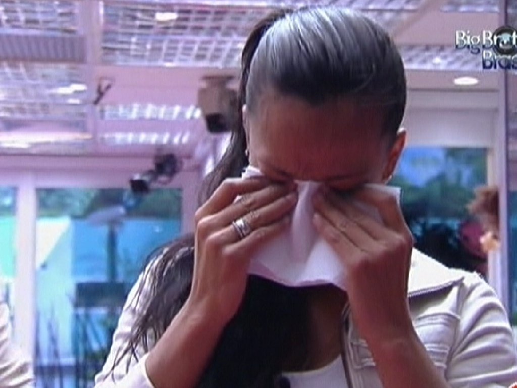 Kelly para atividade na cozinha e começa a chorar (3/2/2012)