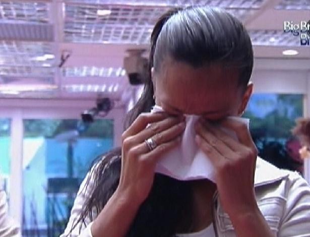 Kelly para atividade na cozinha e começa a chorar do nada (3/2/2012)