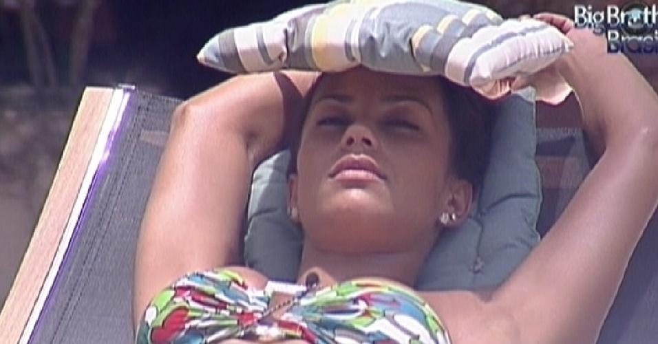 Kelly tira cochilo em cadeira próxima a piscina (3/2/2012)